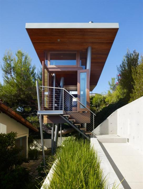 Contemporary relaxing gateway treehouse