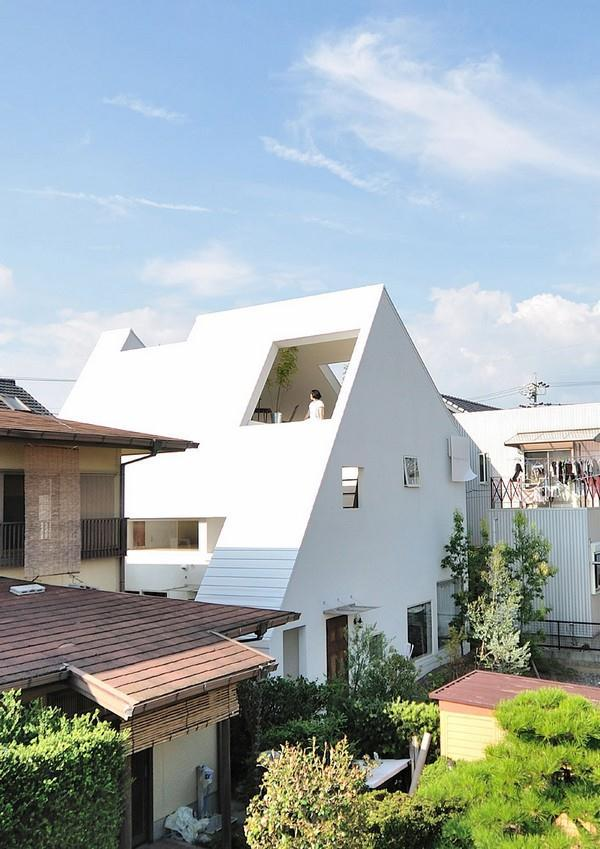 Gorgeous Home with Futuristic roof Design in Japan