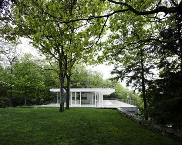 Shidy and Lovable White Villa Design in New York