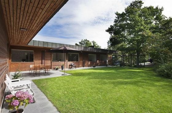 Cozy Lakeside villa and comfortable patio backyard garden