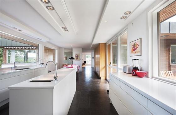 Cozy Lakeside villa and comfortable patio kitchen design