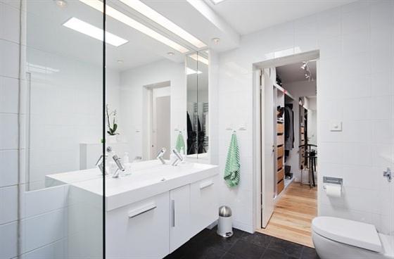 Cozy Lakeside villa and comfortable patio toilet