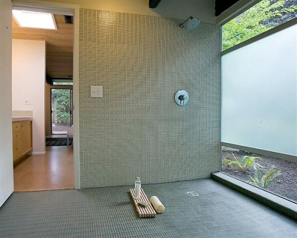 Cozy and Luxurious bathroom Design with Natural Lighting