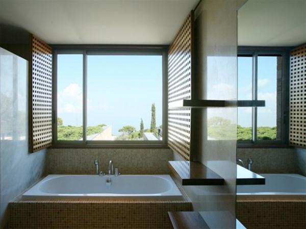 Elegant bathroom Design on Mediterranean home