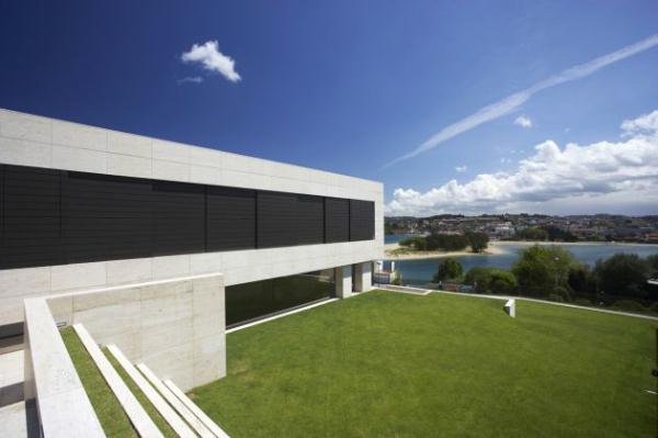 Futuristic and Bright Home Design Inspiration from A ceros Galicia with green yard